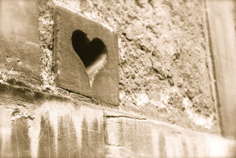 Heart_on_a_wall_paris